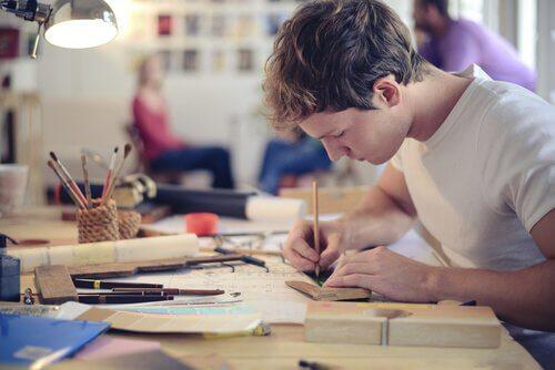 persona-creativa-disegna