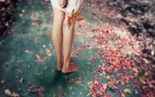 piedi-di-ragazza-e-fiori-a-terra