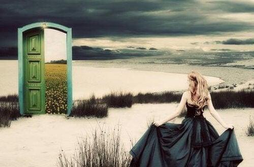 ragazza verso porta su un altro mondo