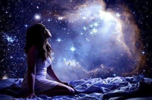 ragazza che guarda l'universo
