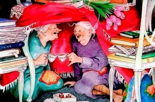 amiche anziane che ridono e bevono un tè