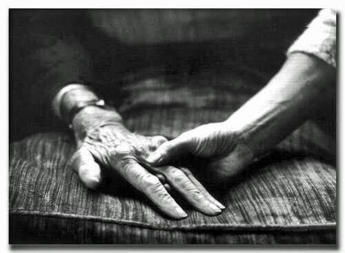 anziani che si danno la mano