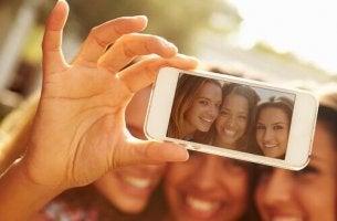 amiche-che-scattano-un-selfie