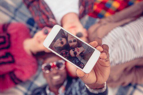 amici-si-fanno-un-selfie