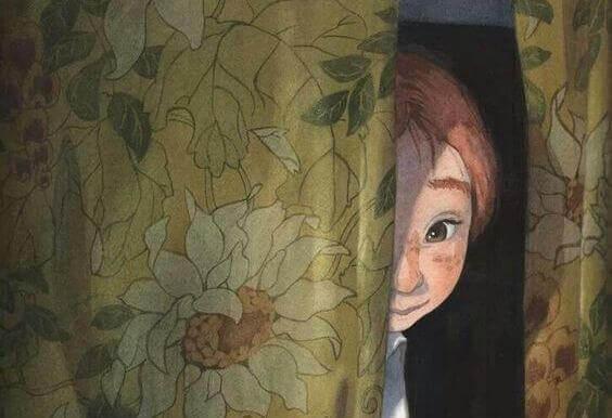bambino-dietro-la-tenda