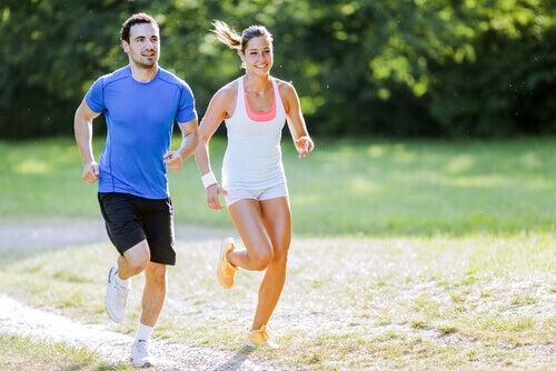 coppia-corre-insieme-nel-parco