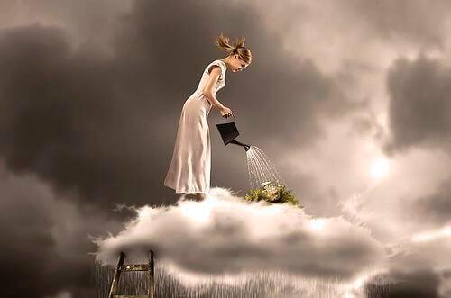 donna-che-annaffia-una-nuvola