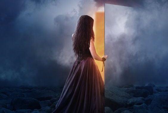 donna-che-apre-la-porta-nel-cielo