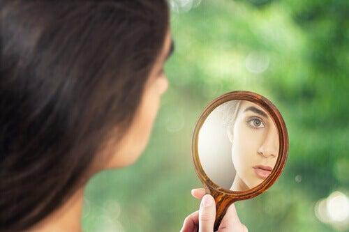donna-si-guarda-allo-specchio