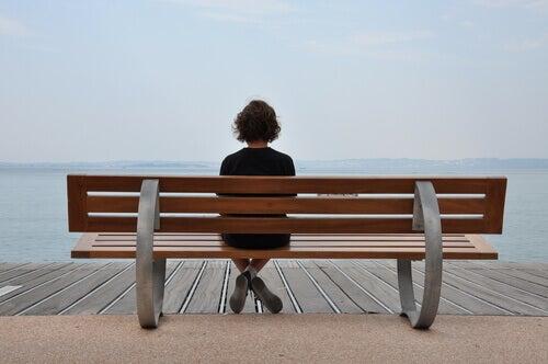 persona-sola-seduta-su-una-panchina