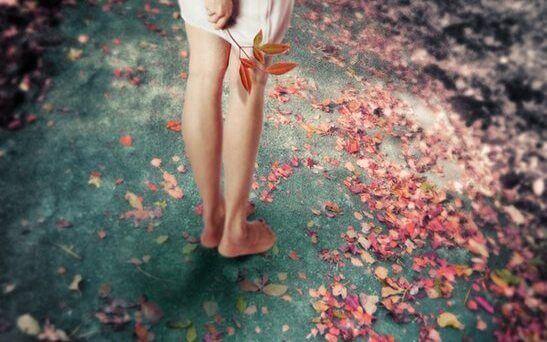 ragazza-a-piedi-nudi-sulle-foglie