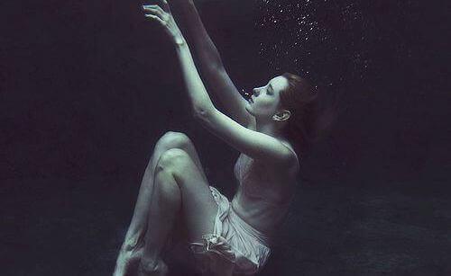 ragazza-che-affonda