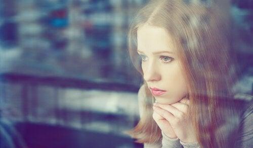 disoccupazione ragazza-preoccupata-che-guarda-fuori-dalla-finestra