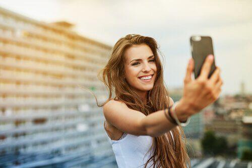 ragazza-scatta-un-selfie