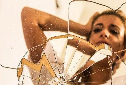 donna specchio rotto