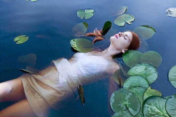 donna-galleggia-in-acqua