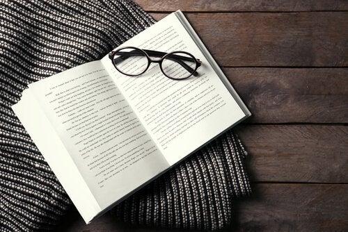 libro-e-occhiali