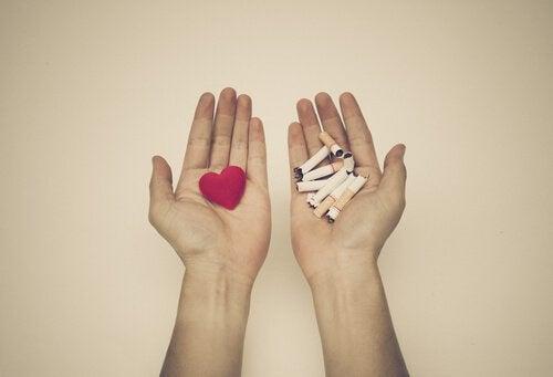 mani-cuore-e-sigarette-rotte