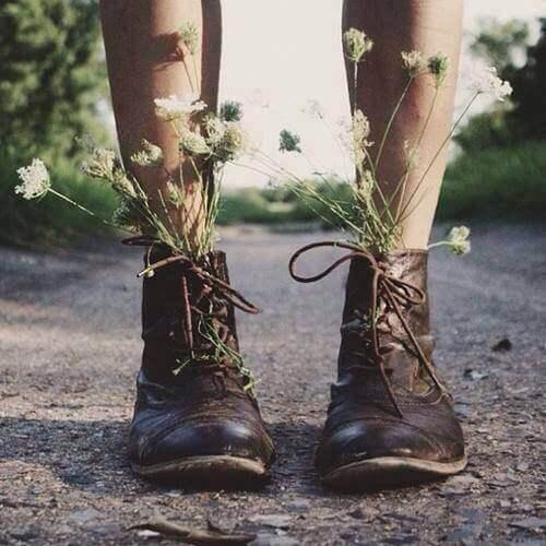 fiori che nascono dalle scarpe