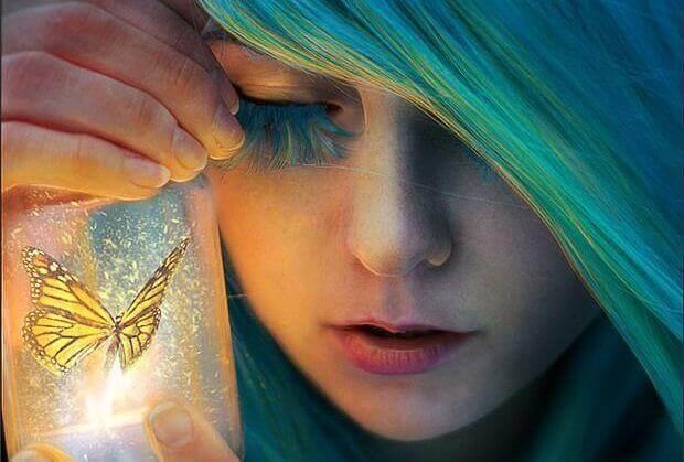 ragazza-capelli-azzurri-e-farfalla