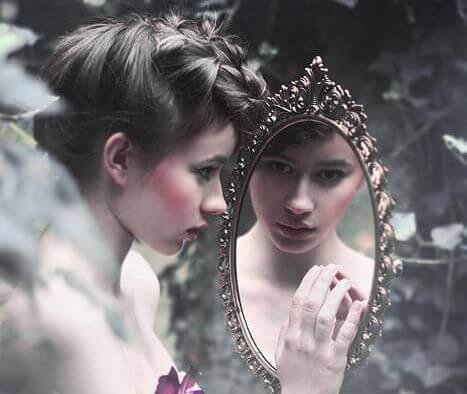 ragazza-che-si-guarda-nello-specchio