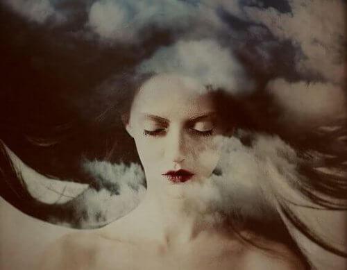 ragazza-occhi-chiusi-dietro-a-nuvole