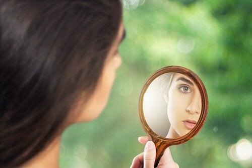 ragazza-si-guarda-allo-specchio