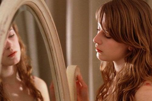 ragazza davanti allo specchio