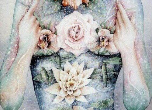 fiori sul corpo di donna