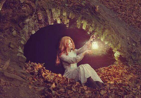 donna-con-lanterna