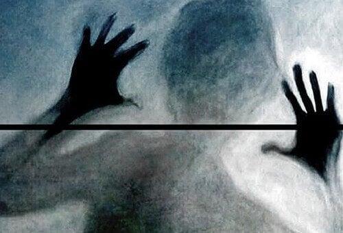 ombra-di-una-persona-dietro-a-un-vetro