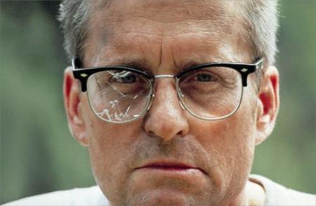uomo-con-occhiali-rotti