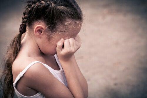 bambina-con-le-trecce-che-piange
