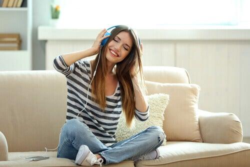 donna-ascolta-musica