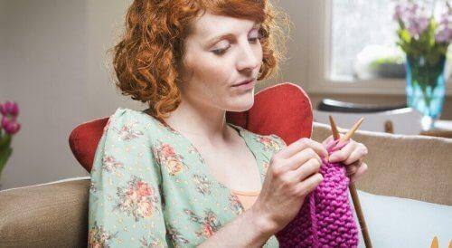 donna-che-lavora-a-maglia