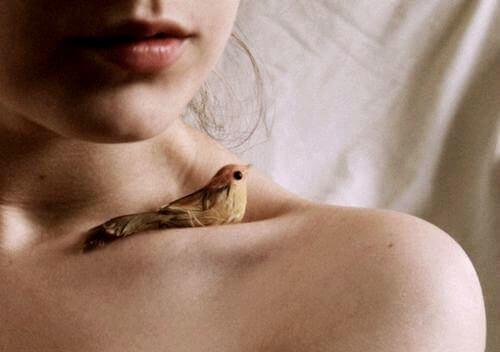 donna-con-uccellino