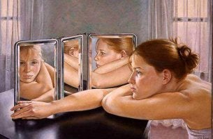 donna-davanti-specchio