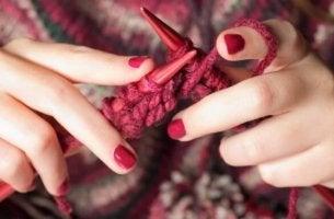 mani-che-lavorano-a-maglia