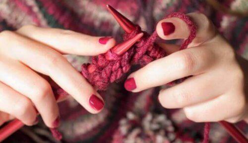 Lavorare a maglia: il potere terapeutico di intrecciare i fili