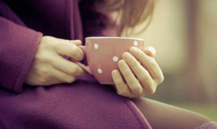 la solitudine ragazza-con-tazza-tra-le-mani