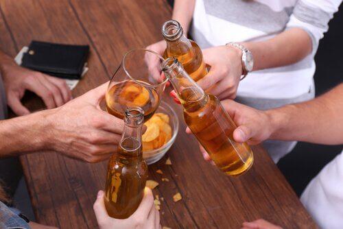 La sottile linea che separa l'alcolismo e l'abitudine