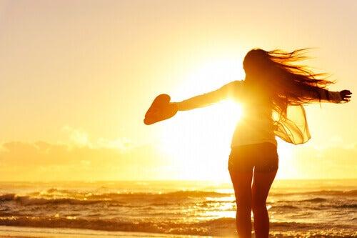 donna-sola-in-spiaggia-con-cuore-in-mano