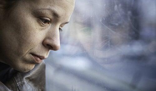 donna-triste-alla-finestra