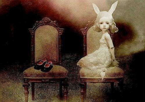 bambina-con-orecchie-seduta