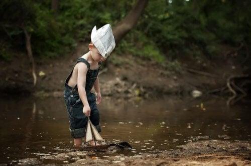 bambino-che-gioca-in-acqua