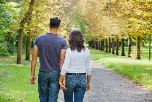 coppia-passeggia