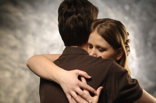 coppia-si-abbraccia