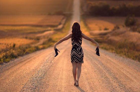 donna-cammina-senza-tacchi