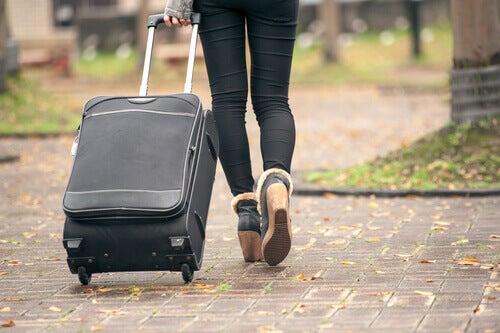 donna-con-valigia