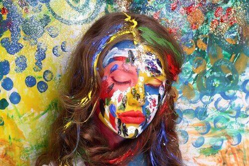 donna-triste-volto-colorato